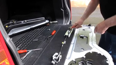 Troubleshoot and Fix Guide a Stuck LR3 Upper Tailgate